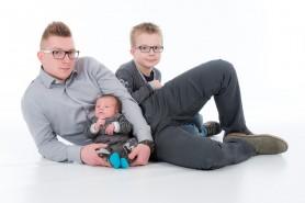 séance photo en studio d'un papa et de ses enfants